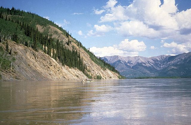 640px-Canoeing_the_Yukon_River